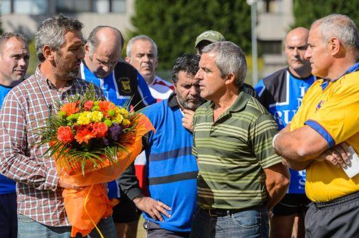 El presidente de la Federación  Gallega de Rugby, Ignacio Cociña, hizo entrega de un ramo de flores al presidente de la   Asociación de Afectados por el Accidente Ferroviario del Alvia de Santiago (Foto: Héctor PhotoScrum | Revista 22)